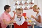 Pourquoi mon enfant bouge-t-il autant à l'heure des repas?