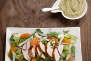 Salade maison aux escalopes de dinde grillée
