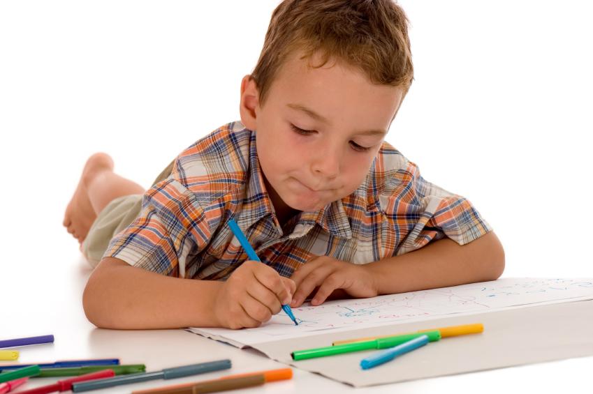 Un garçon qui dessine