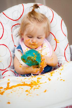 Ma petite fille lance son bol de nourriture manon - A quel age mettre bebe dans la chaise haute ...