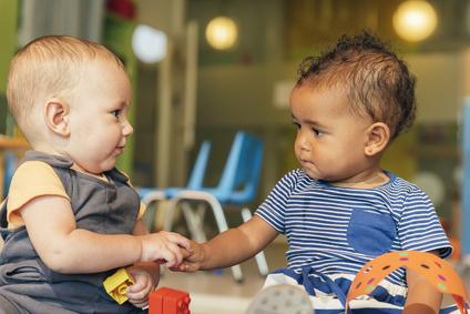 Rendre un enfant sociable dès ses premiers mois