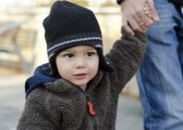 Mon fils refuse de me donner la main à l'extérieur