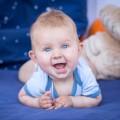 Doit-on placer bébé sur le ventre pour jouer ?