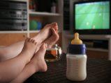 Il écoute la télé et boit du lait la nuit…